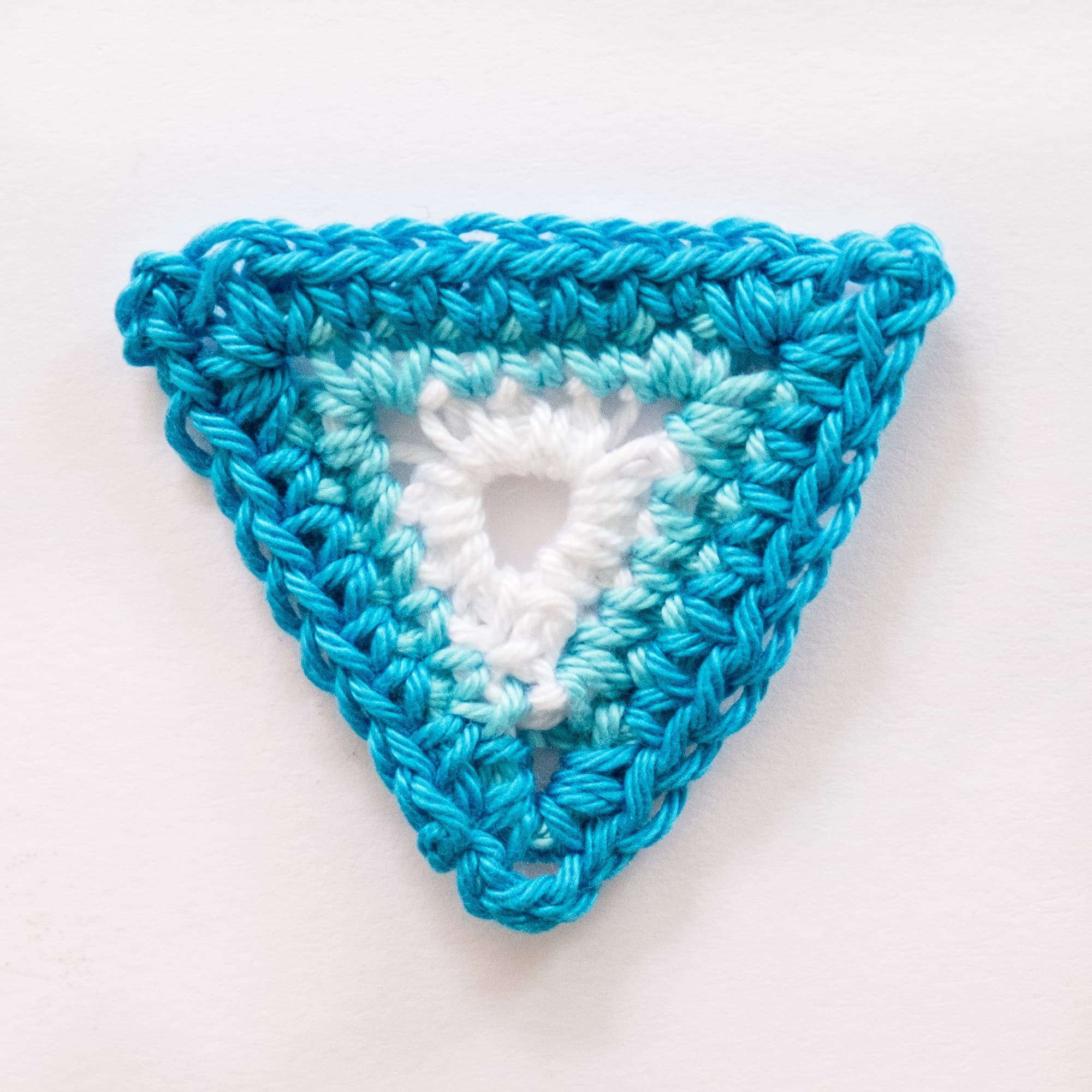 Triángulo de crochet azul .Ganchillo.