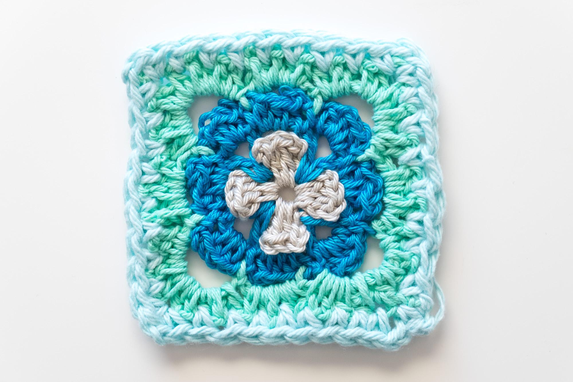Granny Square con forma de flor en el interior en color azul y turquesa