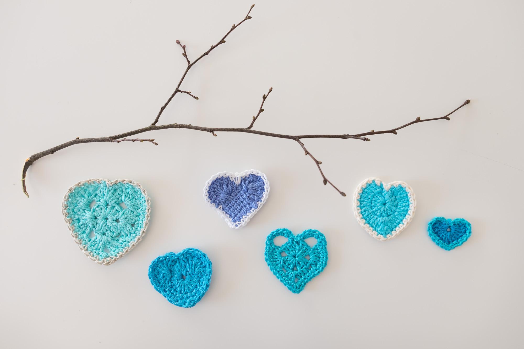 Corazones de ganchillo en diferentes azules