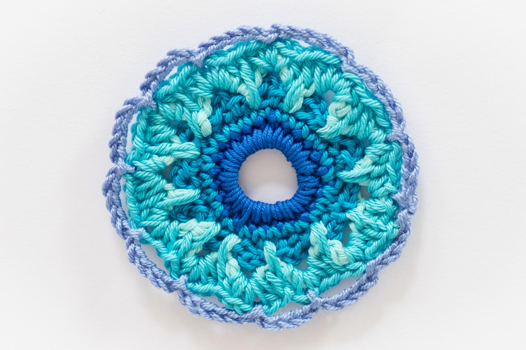 Motivo de ganchillo circular en tonos azules. Crochet motif.