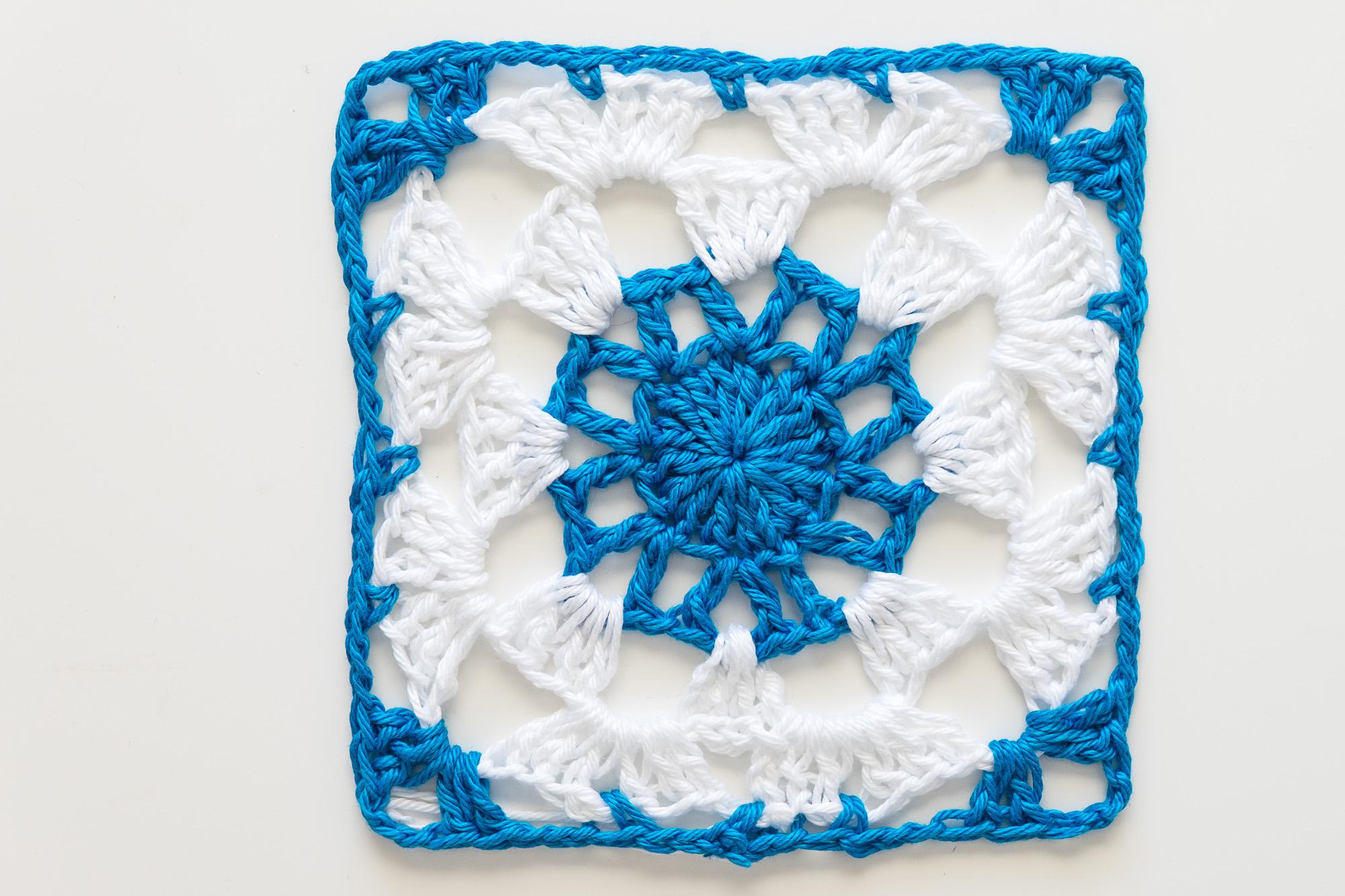 Motivo de ganchillo cuadrado. Crochet granny square azul y blanco.