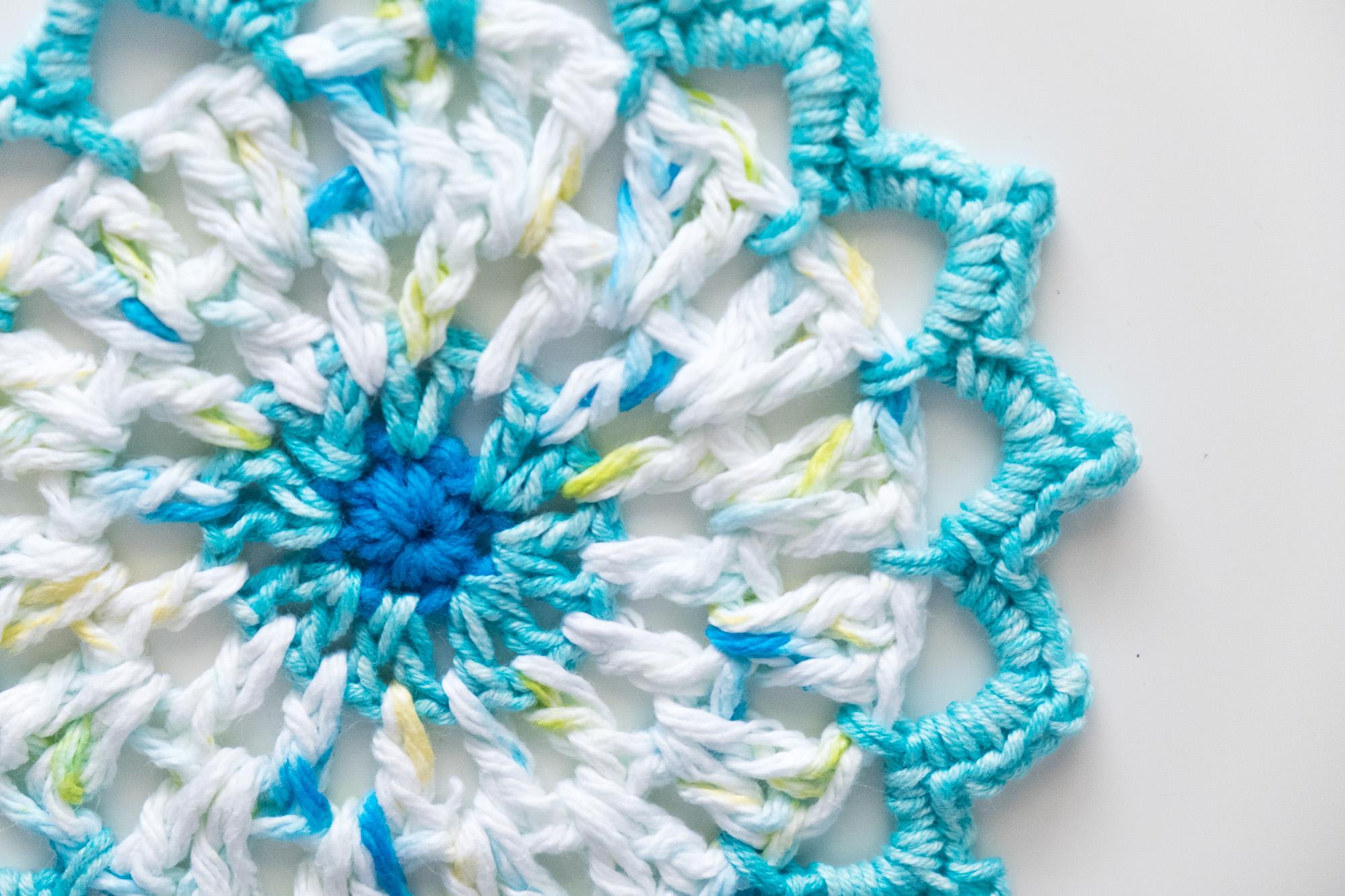 Mandala de crochet en tonos azul y blanco
