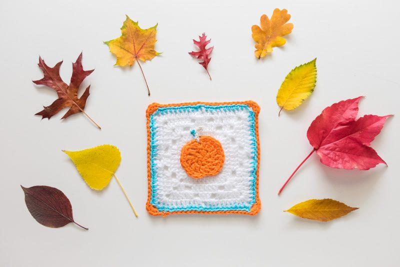 Calabazas de ganchillo y hojas de otoño