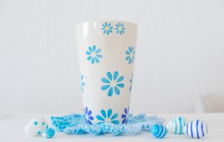 Motivo de Crochet y jarrón con flores azules