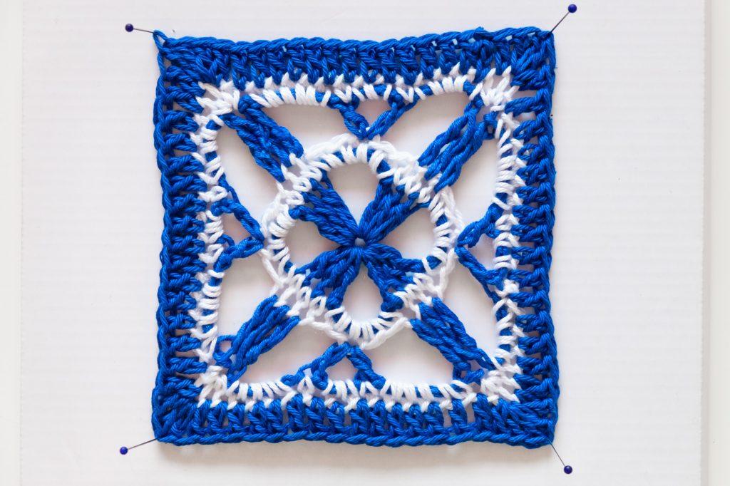 Geometría azul y blanca del motivo de Crochet o granny.