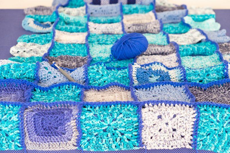 manta de ganchillo con granny squares azules