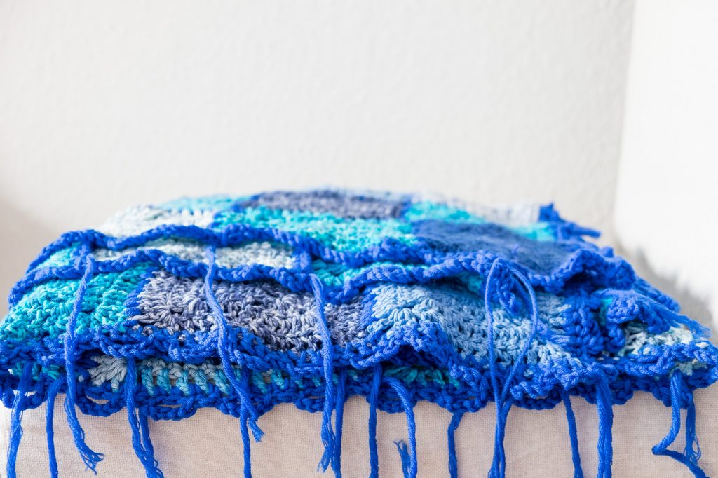 manta de crochet con granny squares azules