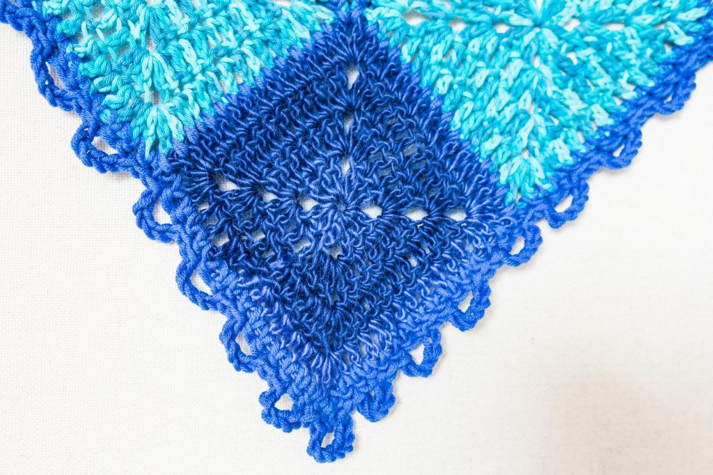 manta de crochet con granny squares azules, blue crochet